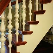Böjlimmad trappa med steg i jarra och svarvade räckespinnar.