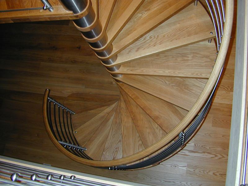 Spiraltrappa i oljad ek och rostfri centrumtub