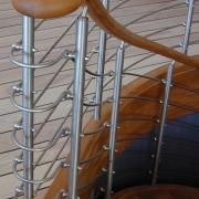 Böjlimmad ektrappa, oljad. Railingräcke i rostfritt stål.