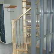 Spiraltrappa i ask med stående räckespinnar i rostfritt stål