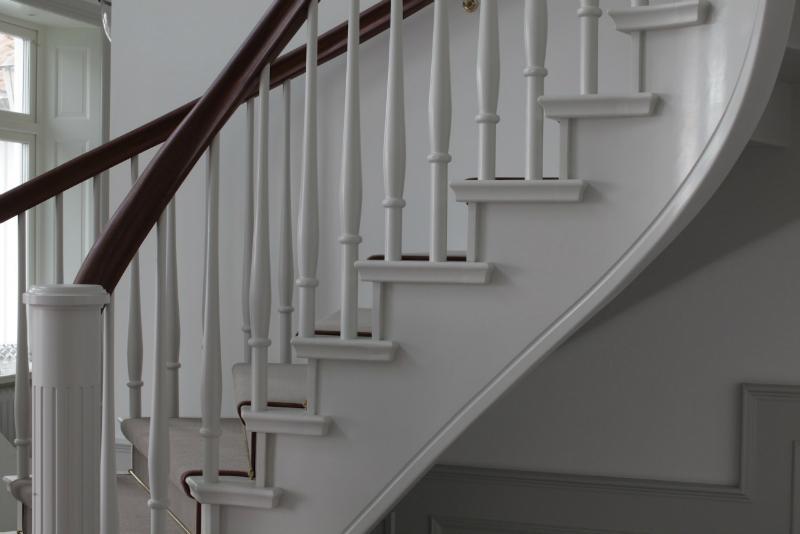 Böjlimmad dubbeltrappa med gångmatta på steget