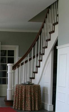 Böjlimmad trappa i ek med vita vangstycken.