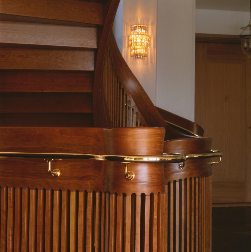 Ellipsformad trappa i körsbär, med gångmatta /sp4   trapptradition ...
