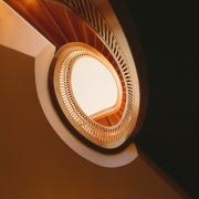 Elipsformad trappa underifrån