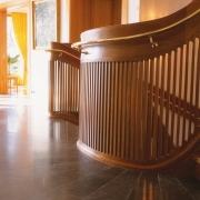 Detalj elipsformad trappa i körsbär. Räcke.