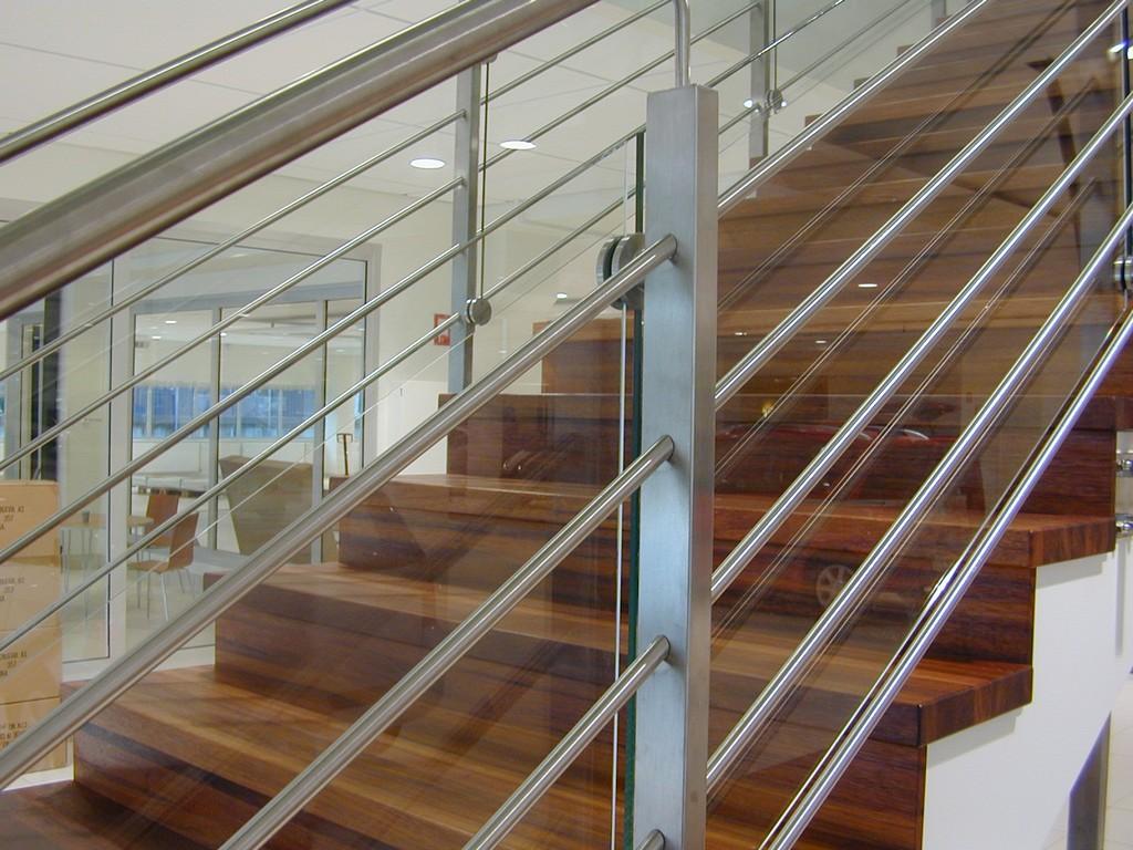 Rak trappa i ek, glas och rostfritt i räcket /r1   trapptradition ...