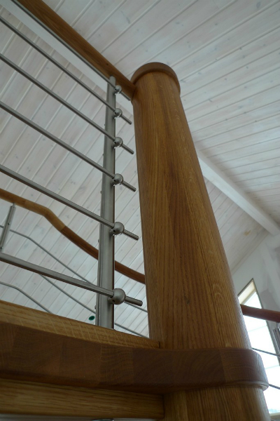 Spiraltrappor i ek med railing räcken i rostfritt.