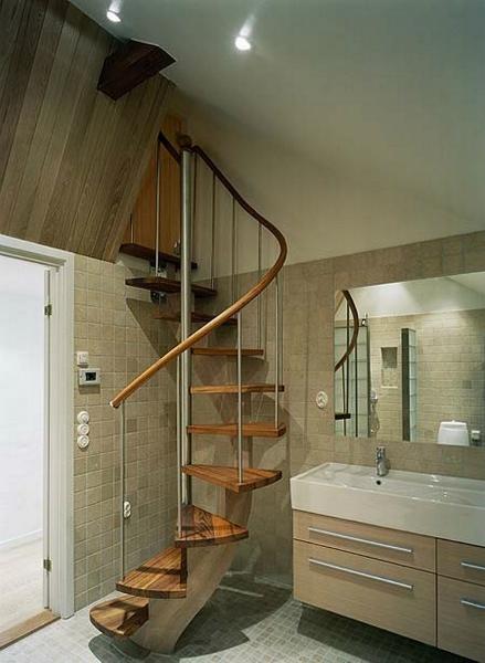 Spiralsvängd trappa med ett underliggande vangstycke.