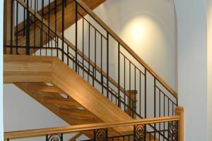 3/4 svängd trappa i ek med smidesräcken /R3