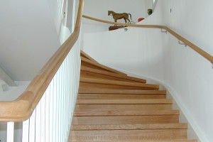 Svängd trappa i ek med vitlackerade vangar /SP11