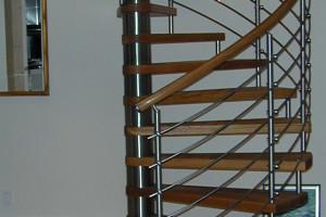 Spiraltrappa i ek och räcke i rostfritt stål /S1