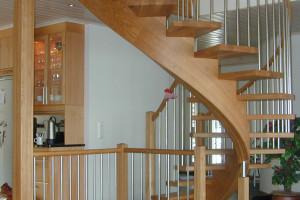 Svängd trappa med underliggande vangstycke /SP7