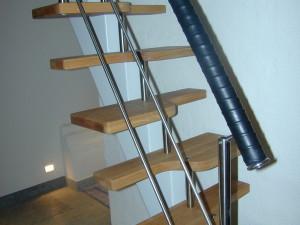 Rak trappa sk spartrappa med ett underliggande vangsstycke. Handledaren är läderspunnen