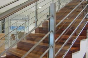 Rak trappa i ek, glas och rostfritt i räcket /R1