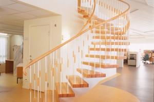 Svängd trappa med ett underliggande vangstycke /SP6