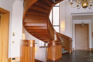 Ellipsformad trappa i körsbär, med gångmatta /SP4
