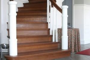 Svängd trappa i ek med vitlackade räckespinnar /SP10