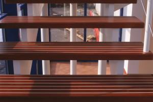 Trappa med två underliggande vangstycken /R2