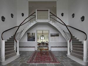 Dubbeltrappa med matta på steget